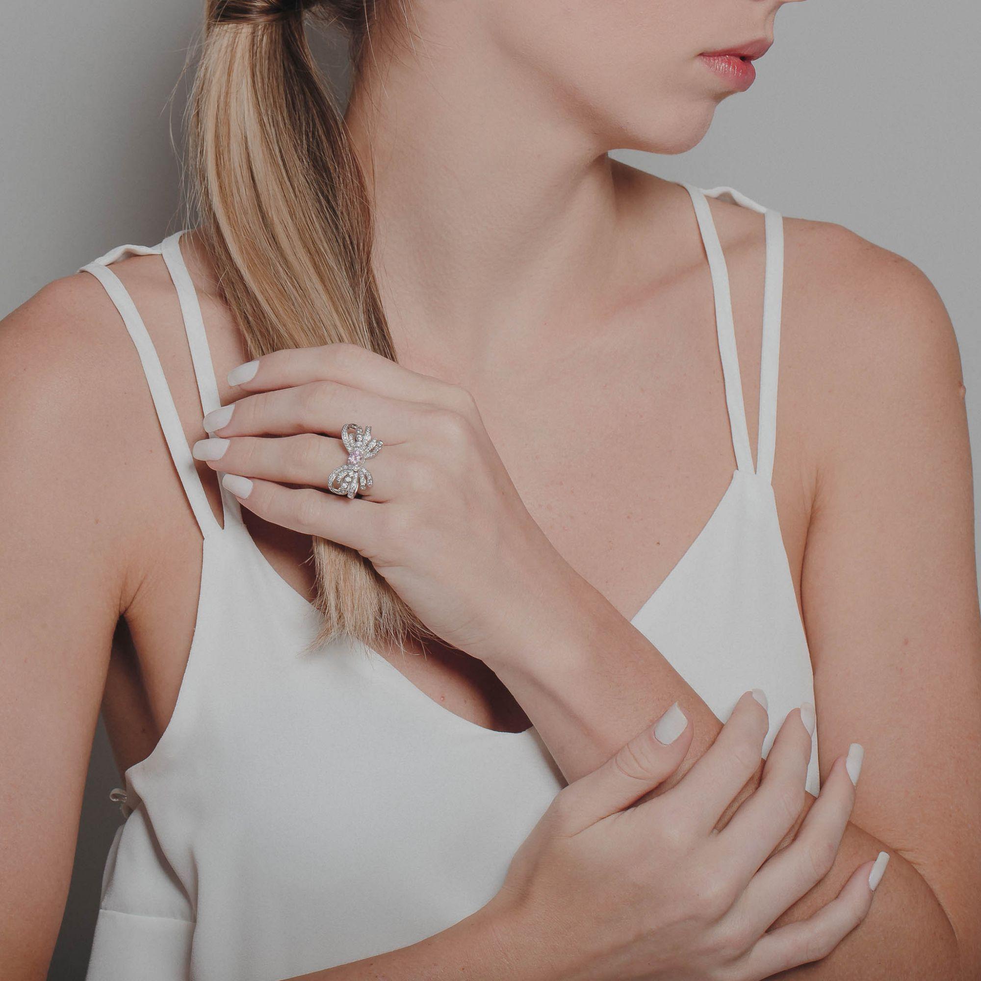 Anel de laço com zircônias cristais e cor de cosa banho de ródio branco.  - romabrazil.com.br