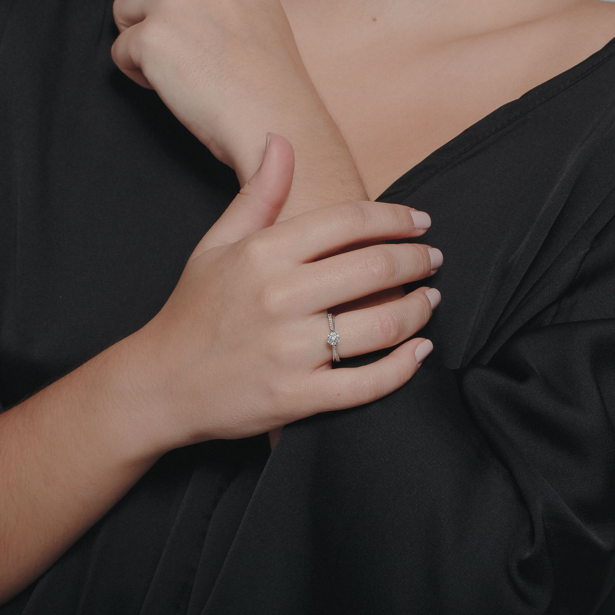 Anel solitário com zircônia cristal banho de ródio branco.  - romabrazil.com.br