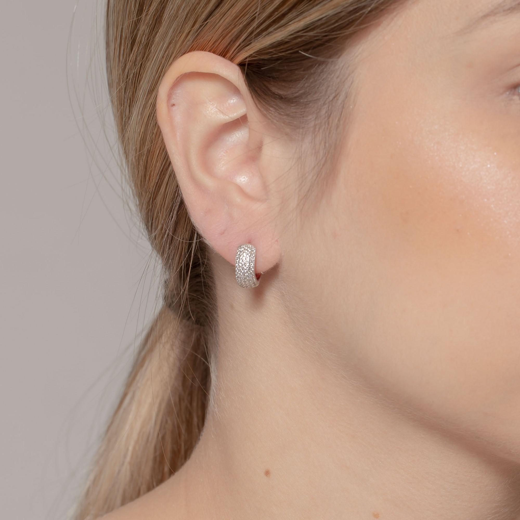 Argola de clique 1,5 cm com cinco fileiras de zircônias banho de ródio branco.  - romabrazil.com.br