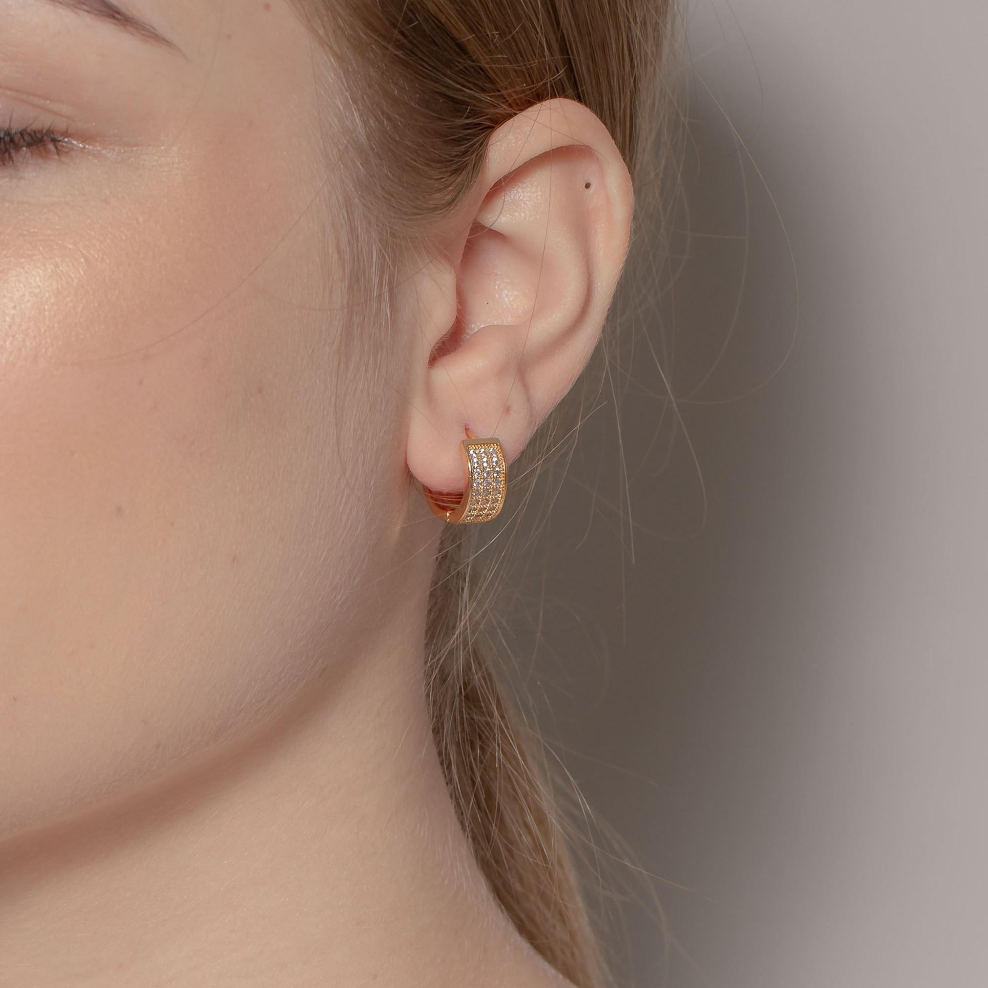 Argola de clique 1,5 cm com três fileiras de zircônias banhada a ouro 18k.  - romabrazil.com.br