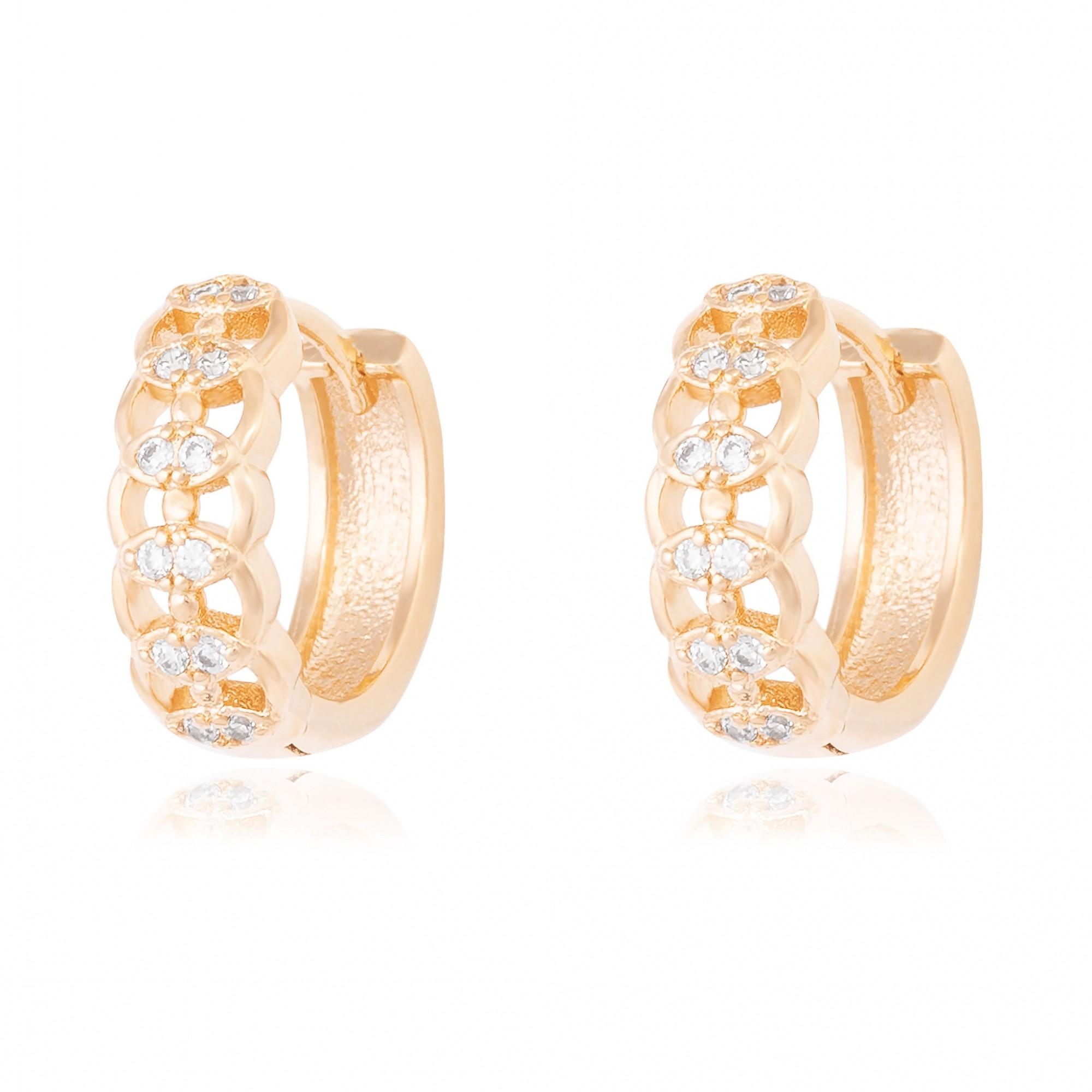 Argola de clique 1,5 cm desenhada com zircônias cristais banhada a ouro 18k.  - romabrazil.com.br