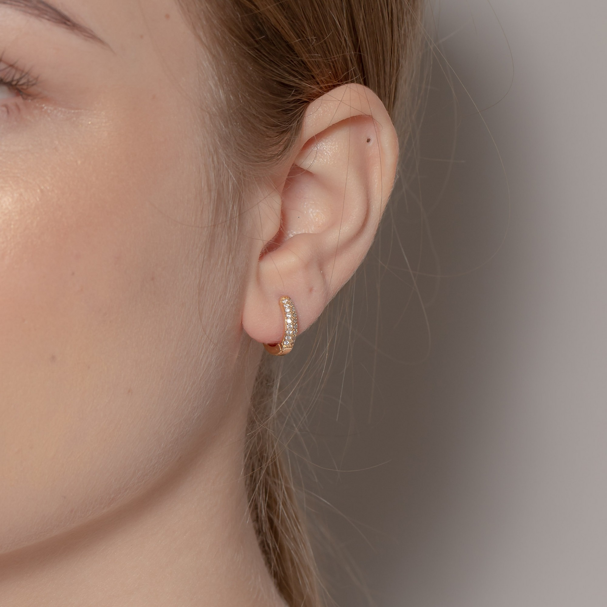 Argola de clique 1 cm com duas fileiras de zircônias banhada a ouro 18k.  - romabrazil.com.br