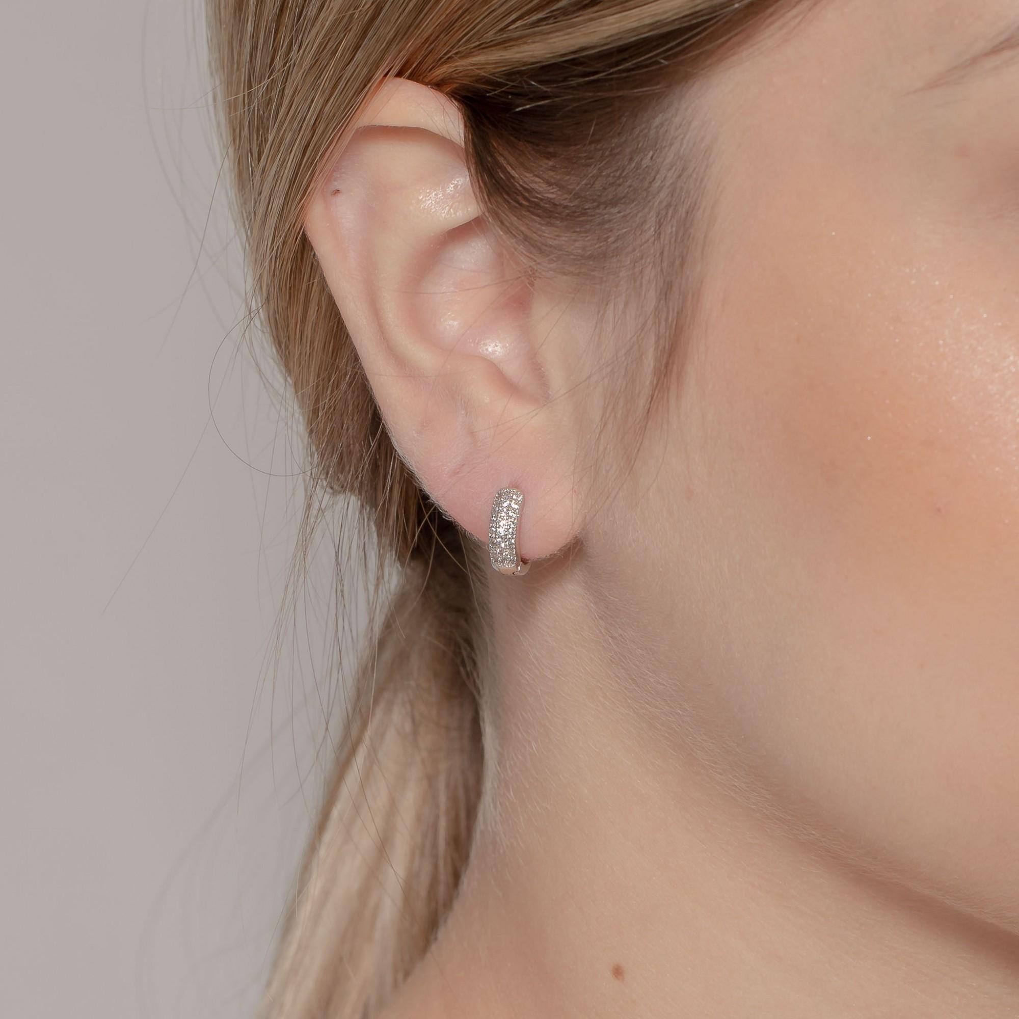 Argola de clique 1 cm com três fileiras de zircônias banho de ródio branco.  - romabrazil.com.br