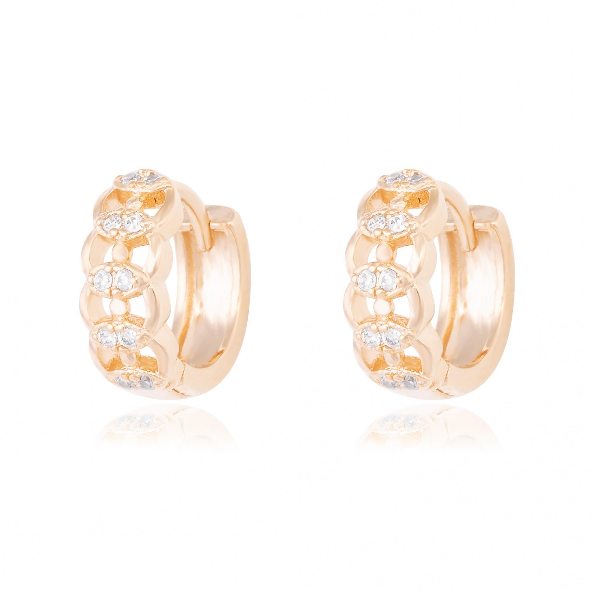 Argola de clique 1 cm desenhada com zircônias cristais banhada a ouro 18k.  - romabrazil.com.br