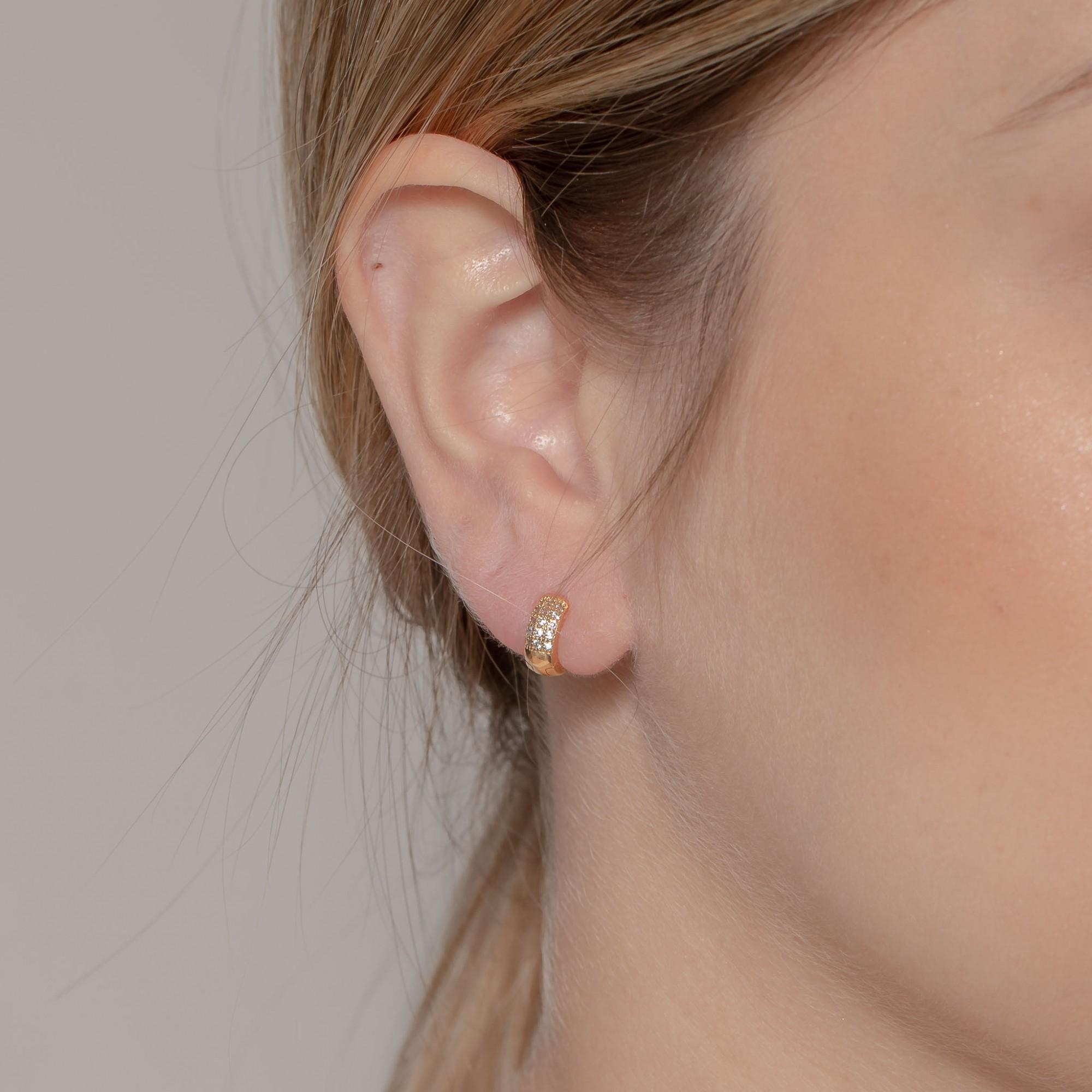 Argola de clique 7 mm com três fileiras de zircônias banhada a ouro 18k.  - romabrazil.com.br