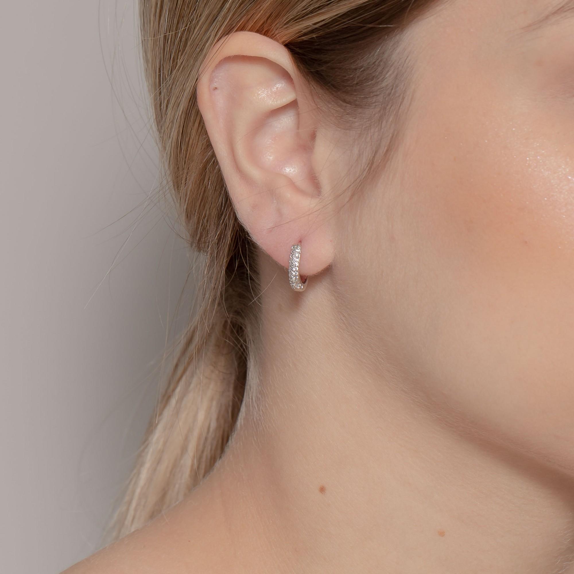 Argolinha de clique 1 cm e duas fileiras de zircônias banho de ródio branco.  - romabrazil.com.br