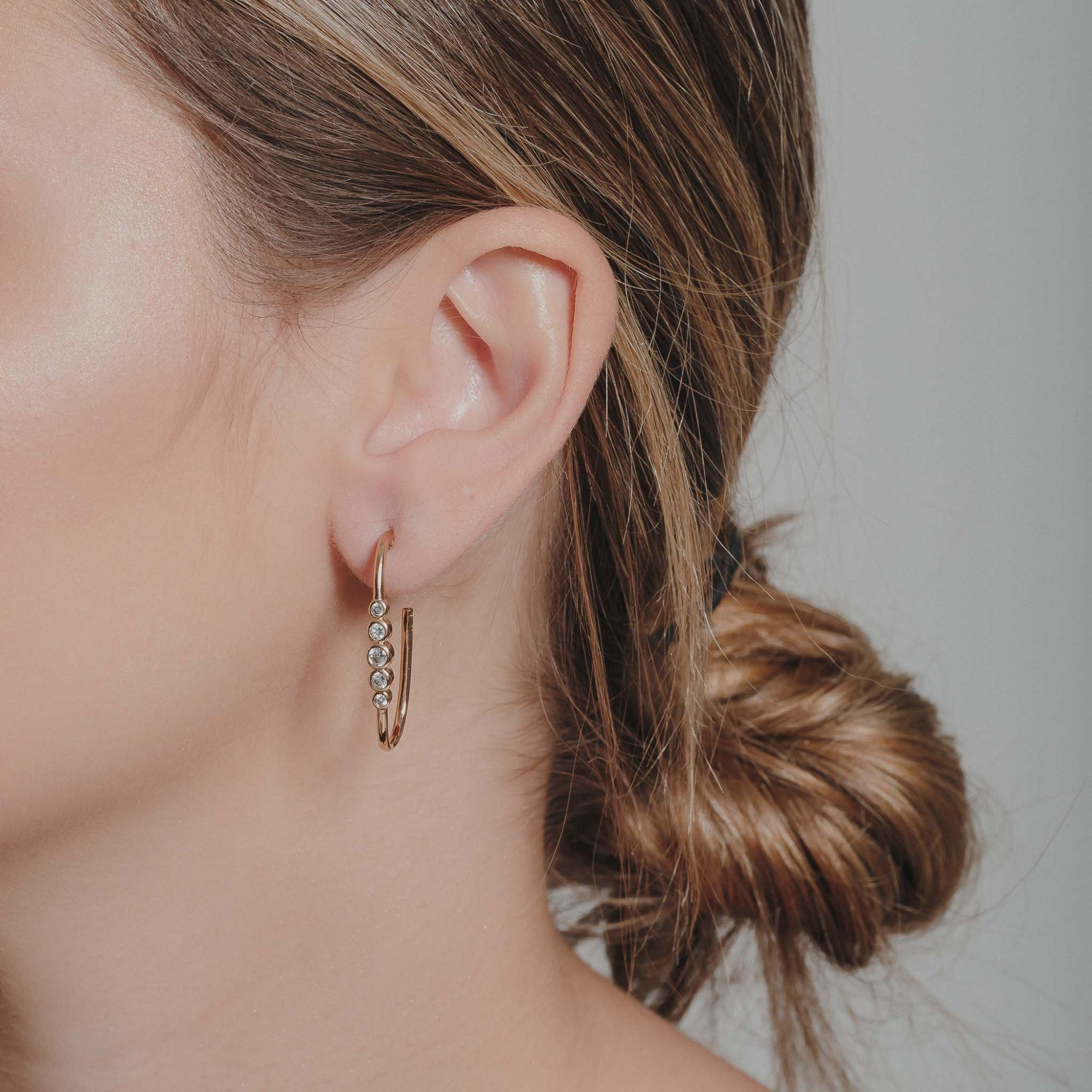 Brinco argola oval com zircônia cristal banhado a ouro 18k.  - romabrazil.com.br