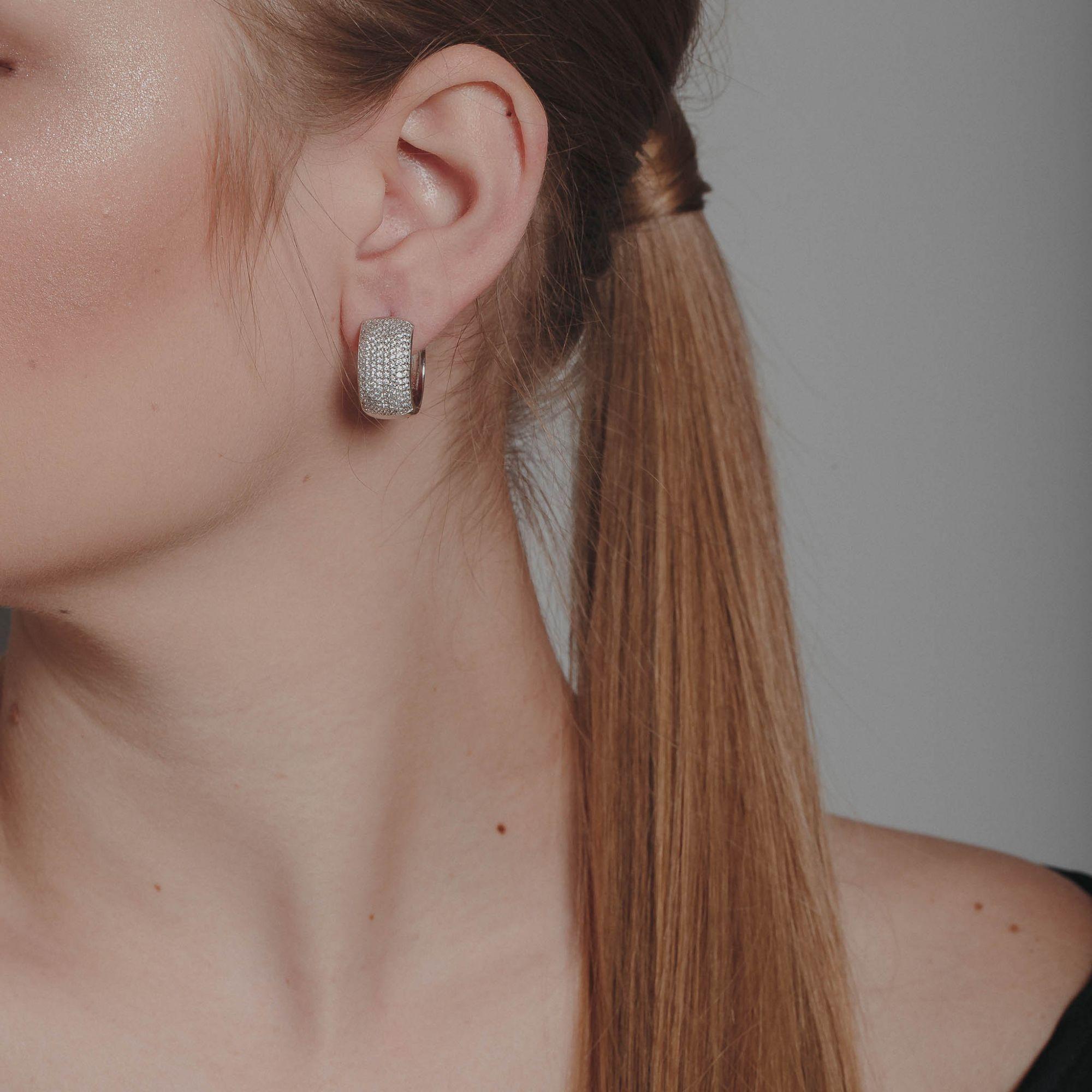 Brinco de argola com micro zircônias cristais banho de ródio branco.  - romabrazil.com.br