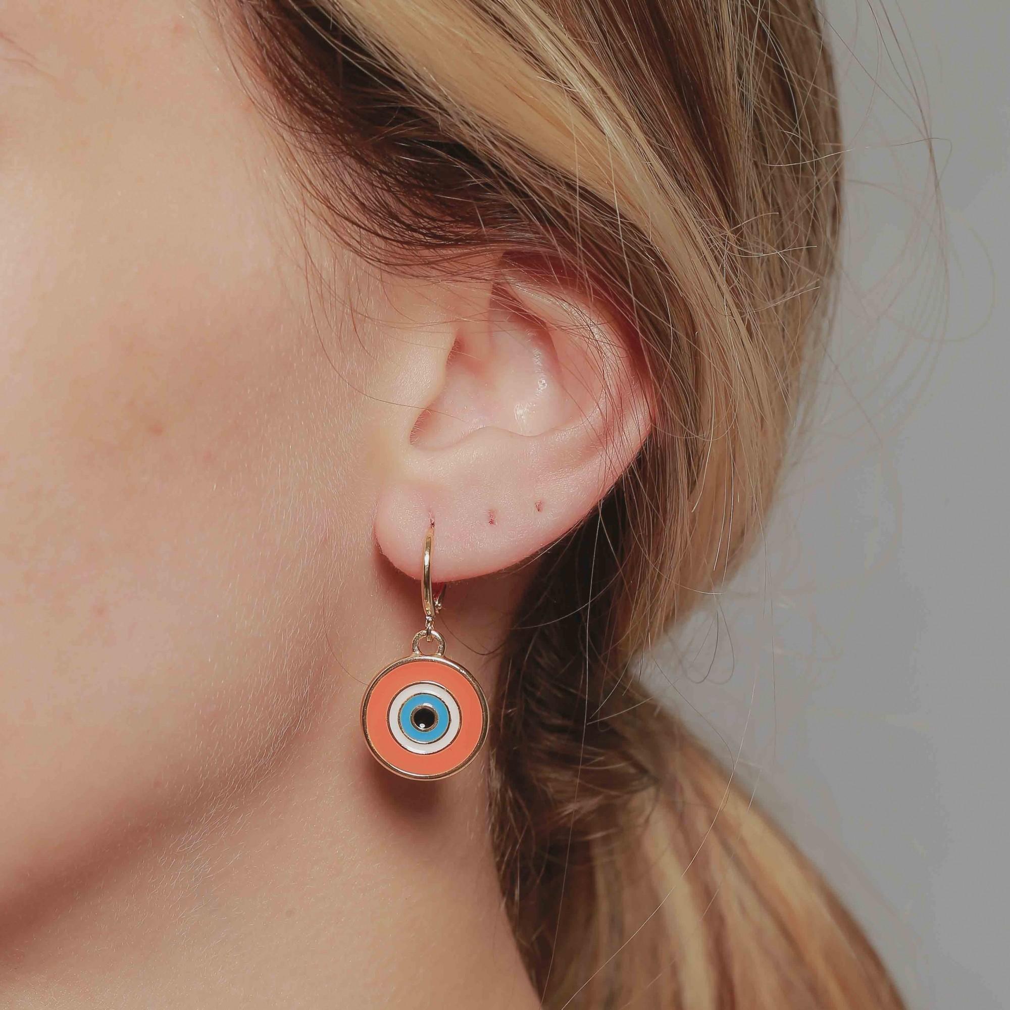 Brinco de argola olho grego resinado em laranja banhado à 18k.  - bfdecor.com.br