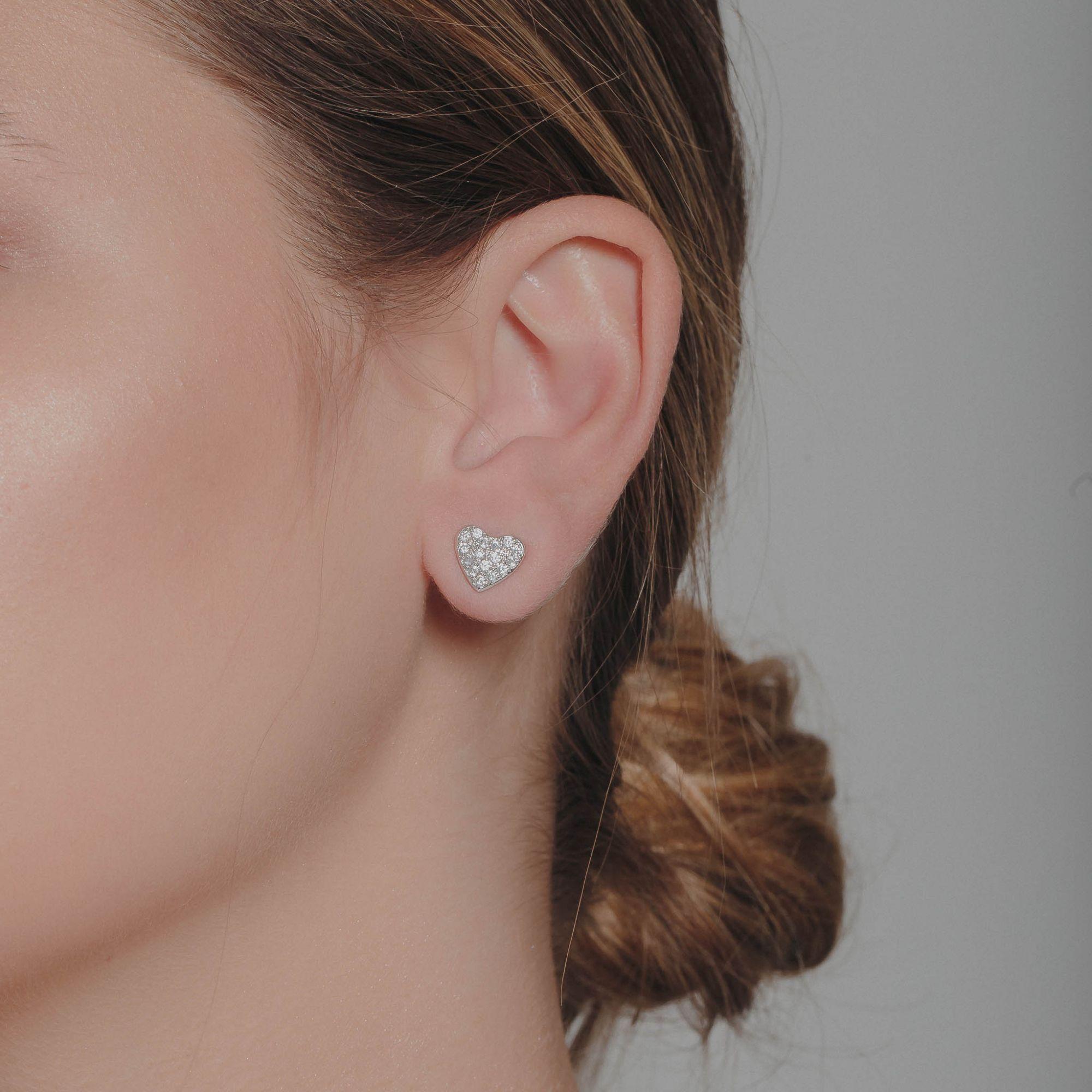 Brinco de coração com micro zircônias cristais banho de ródio branco.  - romabrazil.com.br
