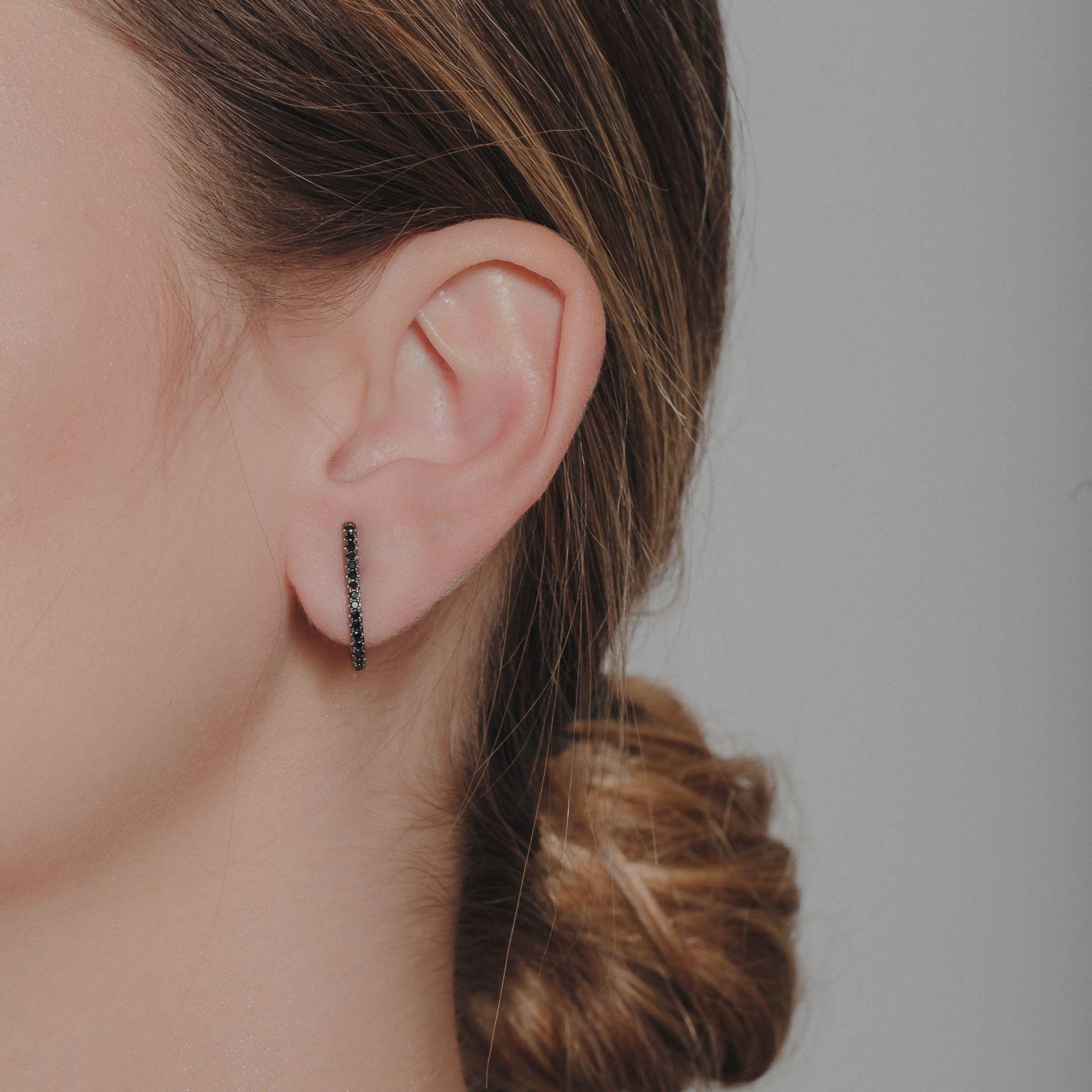 Brinco ear hook com micro zirzônias negras banho de grafite.  - romabrazil.com.br