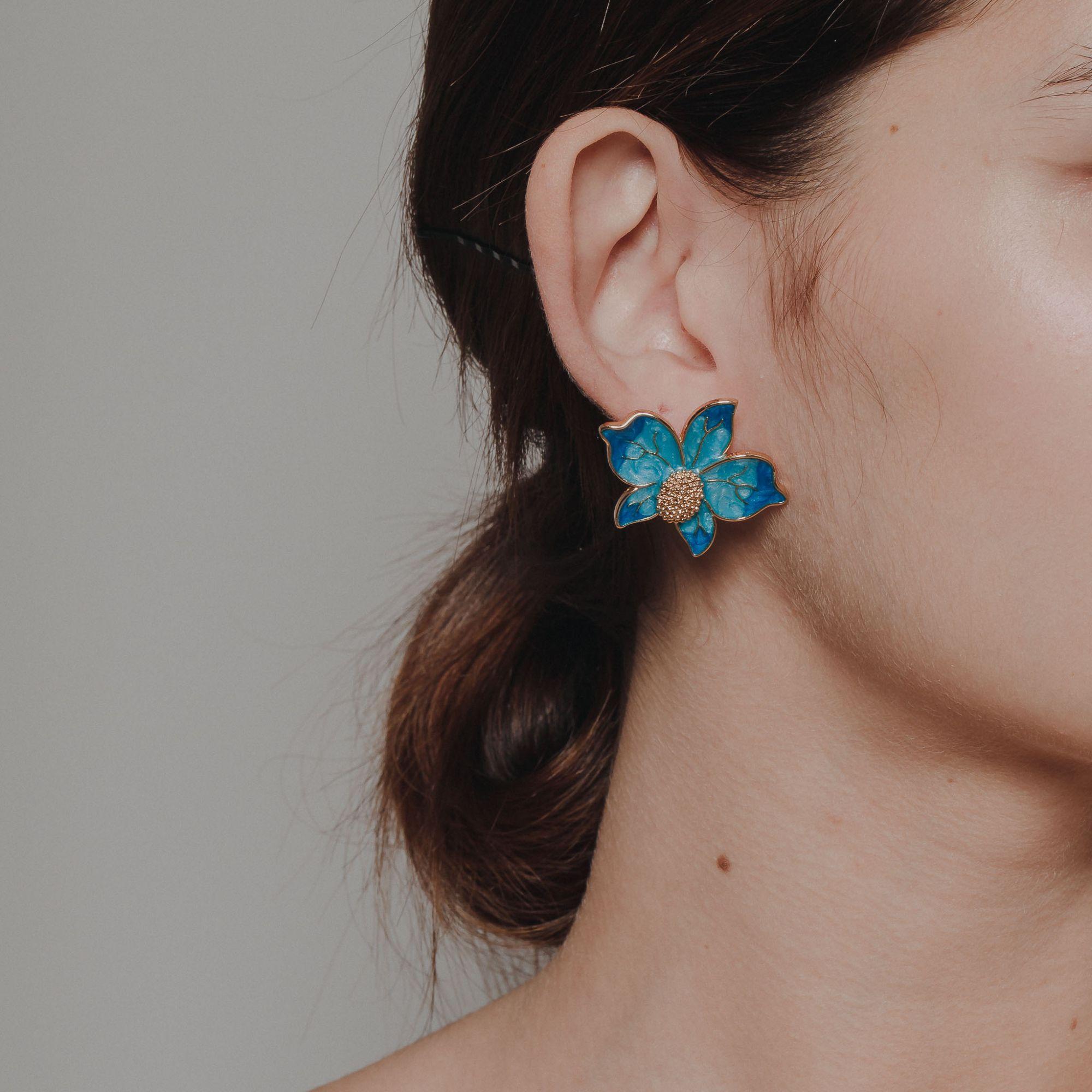 Brinco de orquídea banhado a ouro 18k resinado em azul.  - romabrazil.com.br