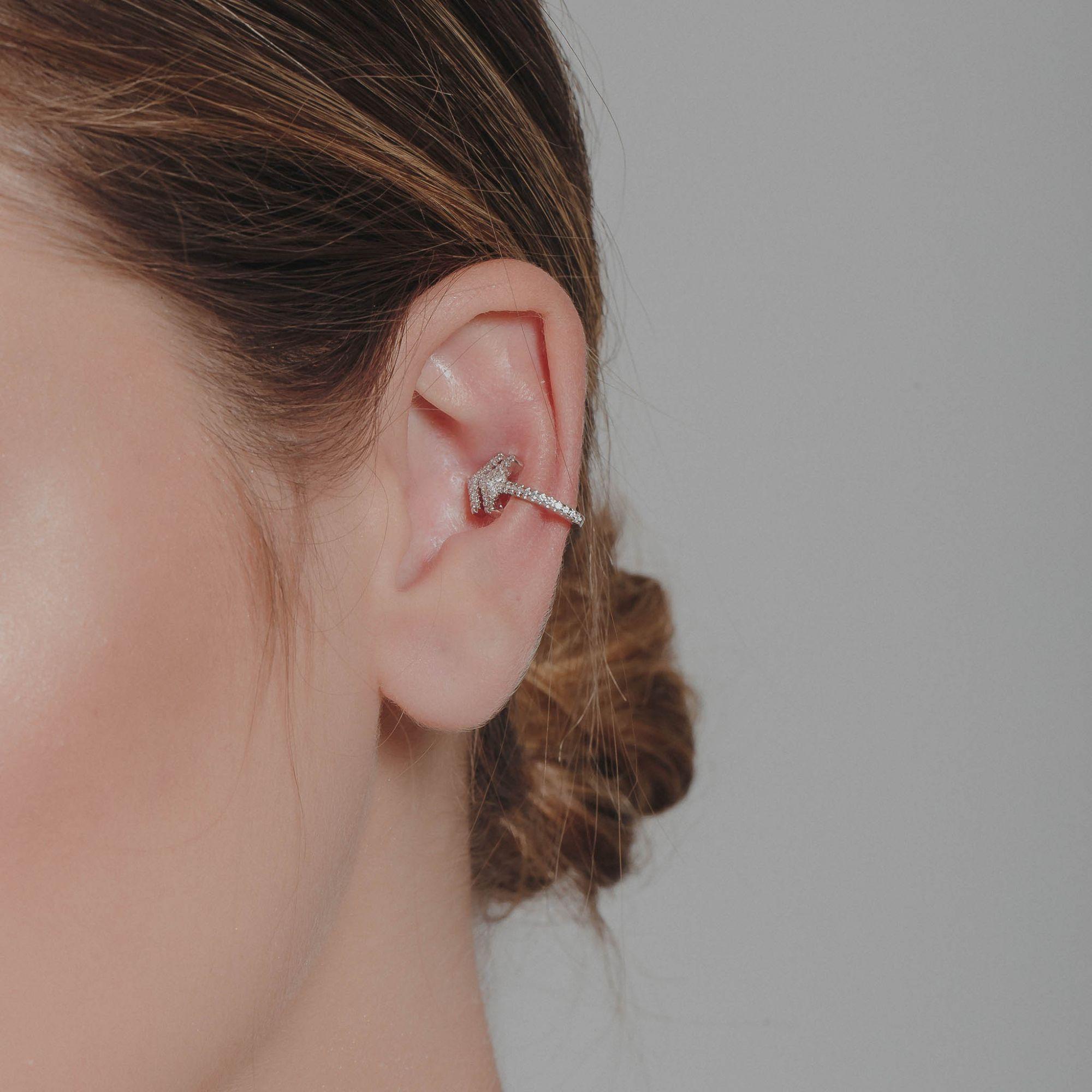 Brinco piercing fake de flecha com micro zircônias cristais banho de ródio branco.  - romabrazil.com.br