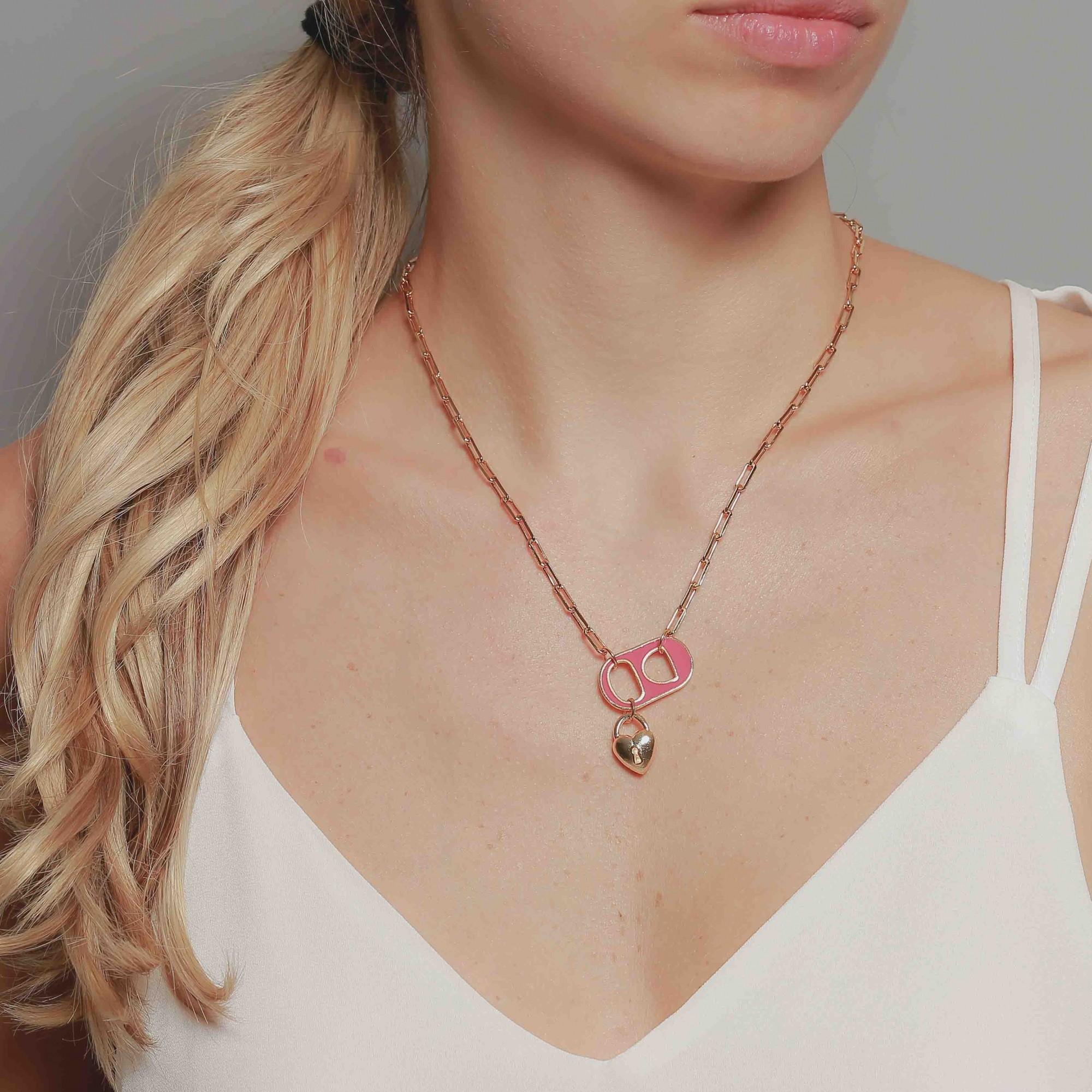 Colar cartier banhado à ouro 18k com pingente soda caps resinado rosa.  - romabrazil.com.br