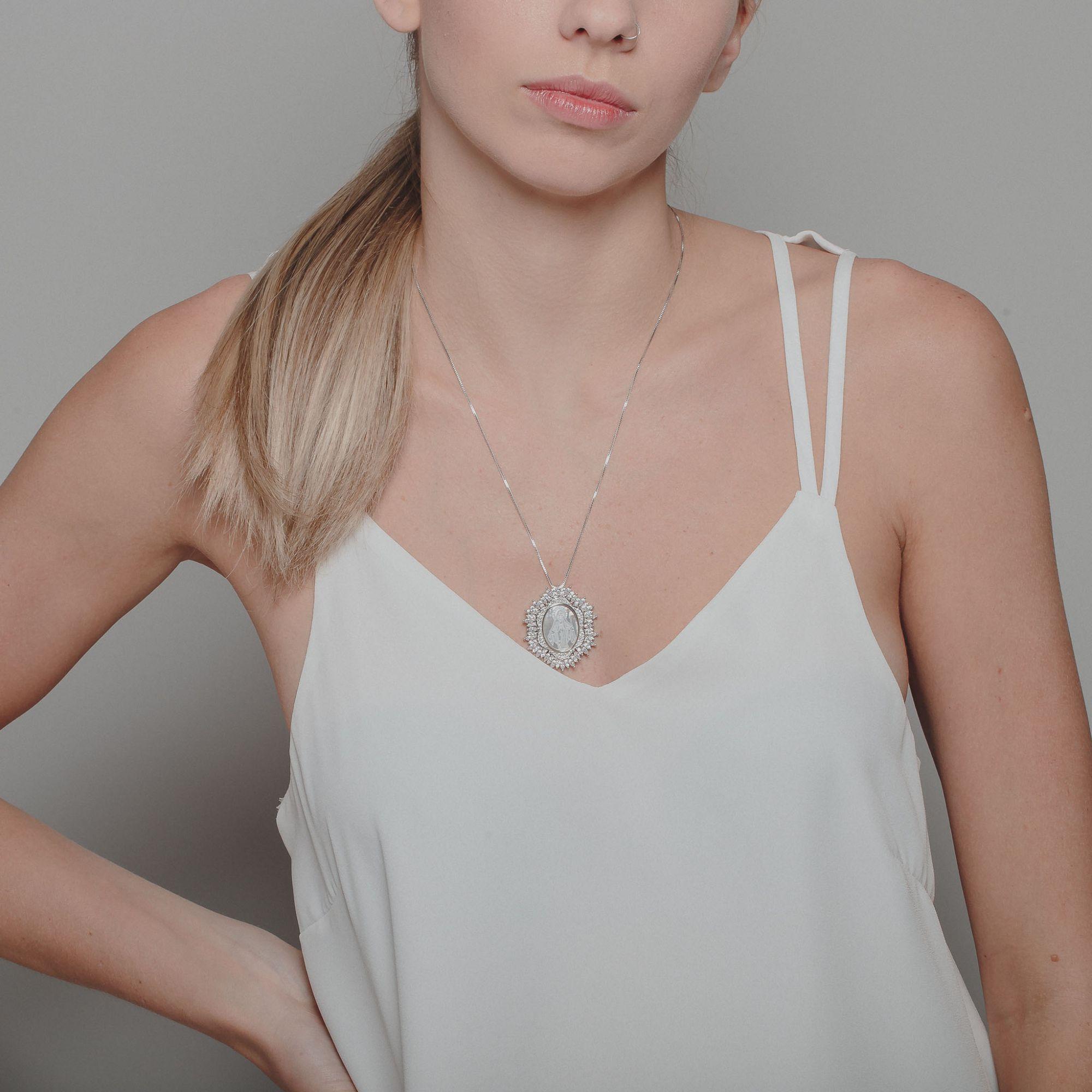 Colar com zircônias cristais e madre pérola banho de ródio branco.  - romabrazil.com.br