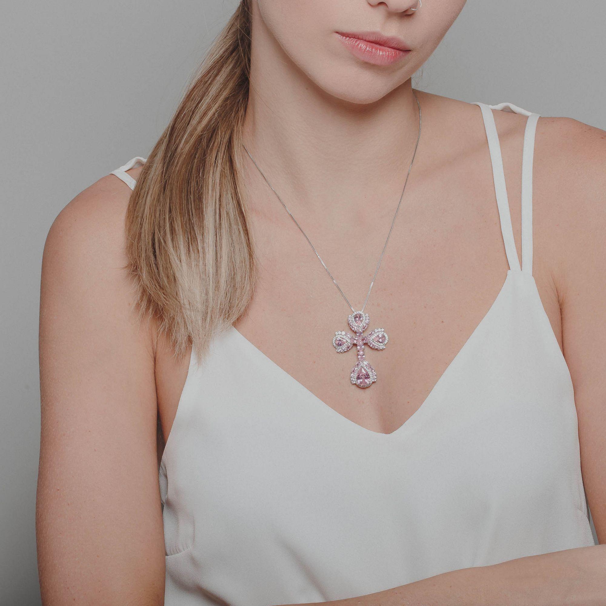 Colar crucifixo com zircônias cristais e cor de rosa banho de ródio branco.  - romabrazil.com.br