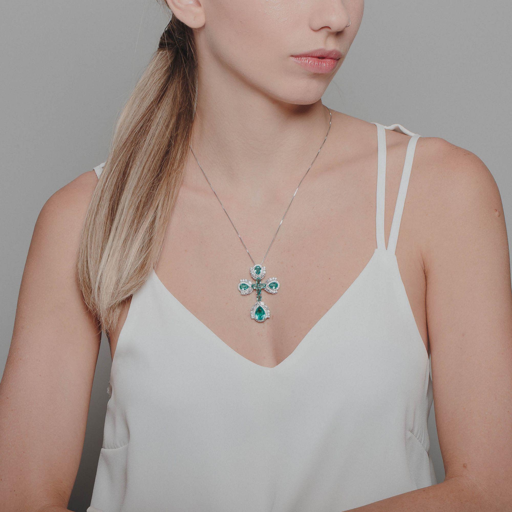 Colar crucifixo com zircônias cristais e turmalina banho de ródio branco.  - bfdecor.com.br