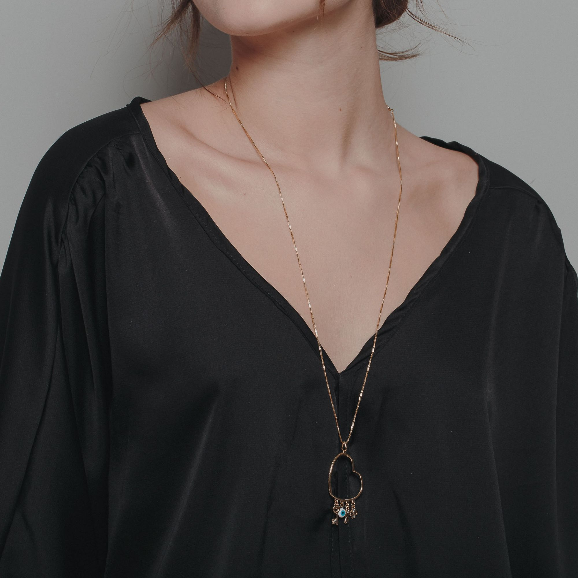Colar patuá com pendentes simbólicos banhado a ouro 18k.  - romabrazil.com.br