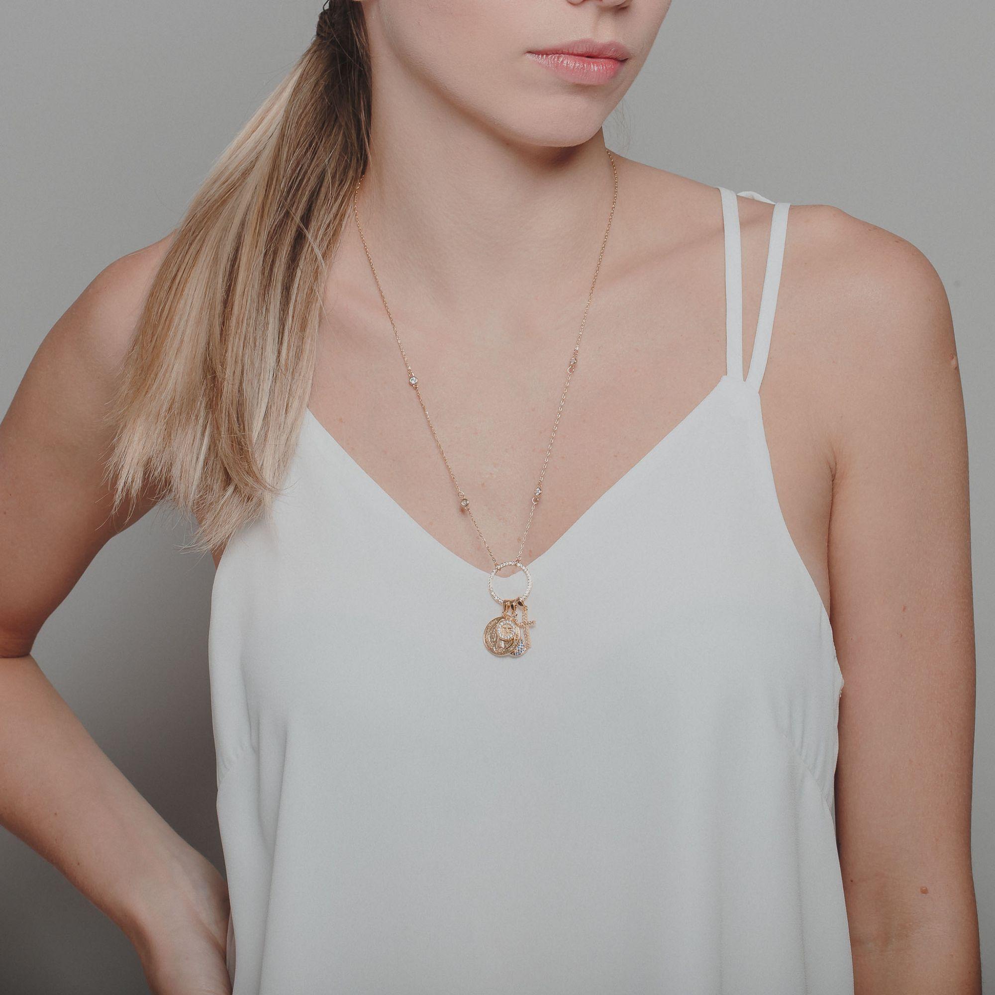 Colar patuá religioso com zircônias cristais e azuis banhado a ouro 18k.  - romabrazil.com.br
