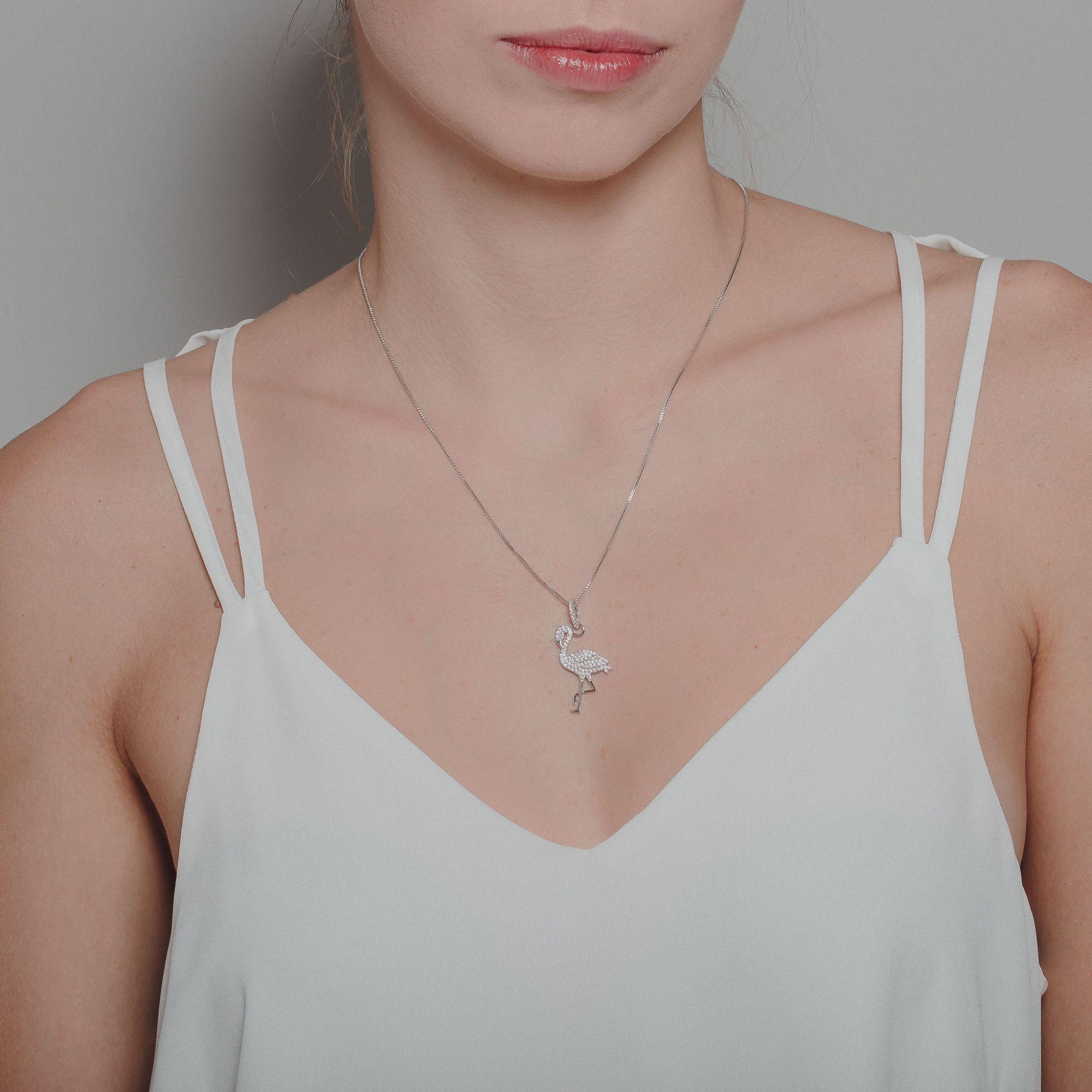 Pendente de flamingo com micro zircônias rosa, banho de ródio branco.  - romabrazil.com.br