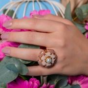 Anel de flor pintada a mão na cor rose, família botânica