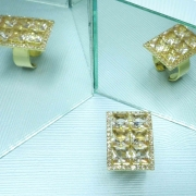 Anel feminino em formato retangular com pedras quadradas e strass em volta, Família Lumière