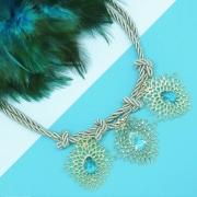 Colar dourado feminino com pedra azul e fio de seda, família ninho