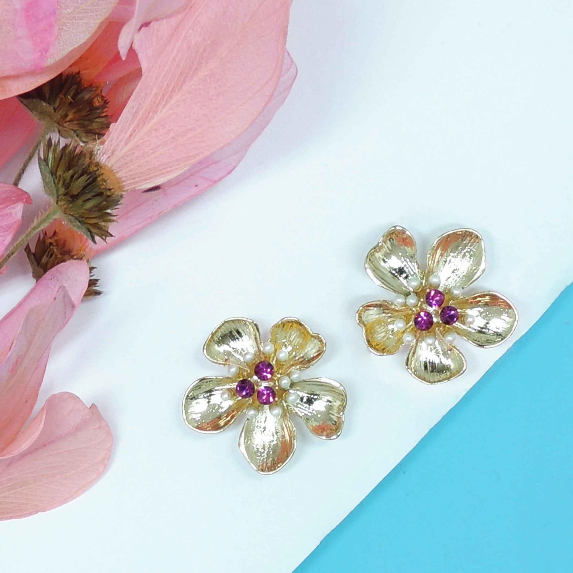 Brinco pequeno de flor com aplicação de pérolas e strss, família fauna