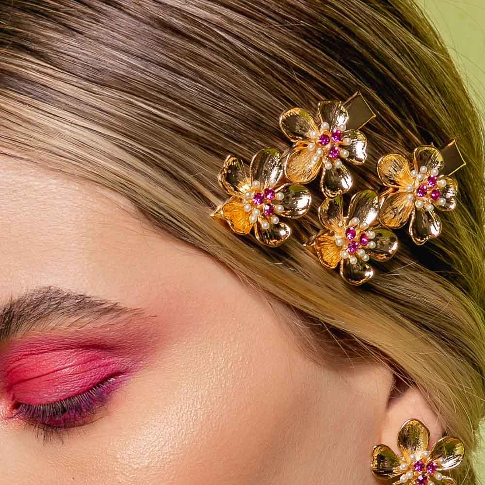 Prendedor de cabelo de flores com aplicação de perola e strass, família fauna