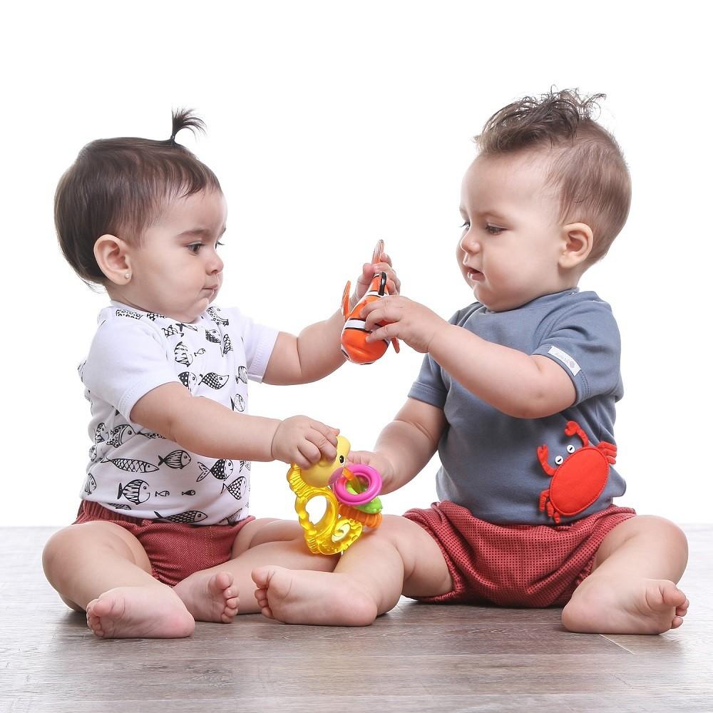 Body bebê unissex caranguejo manga curta cinza azulado