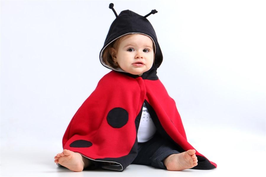 Capa para bebê estilo poncho com capuz joaninha