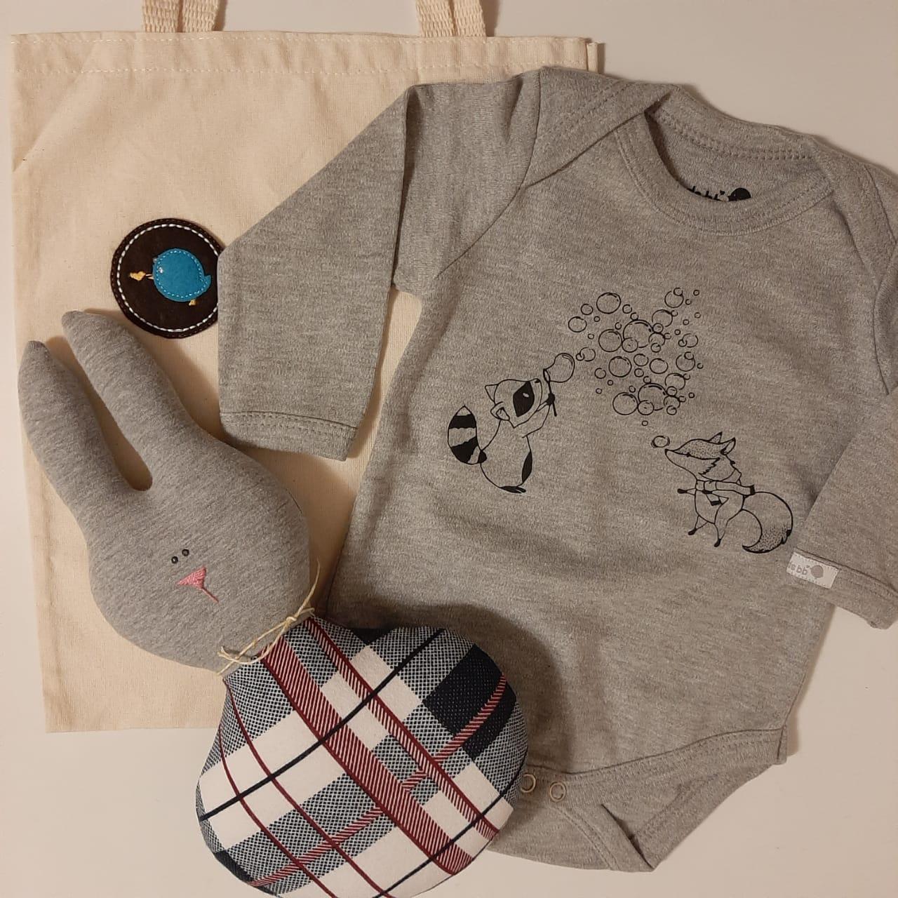 Kit para bebê body raposa e guaxinim e chocalho fofinho