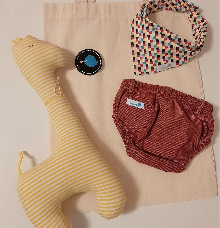Kit para bebê tapa fralda, babador bandana e girafa fofinha