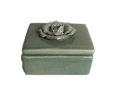 Pote de Cerâmica Verde com Flor Aplicada