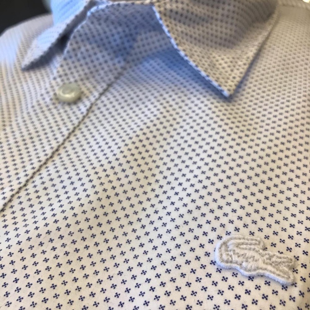 Camisa Lacoste Slim Fit em popeline de algodão com miniestampa