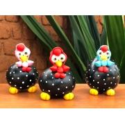 Trio de galinhas caipiras camponesa