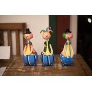 Trio de palhaços coloridos em cabaça rustico artesanal