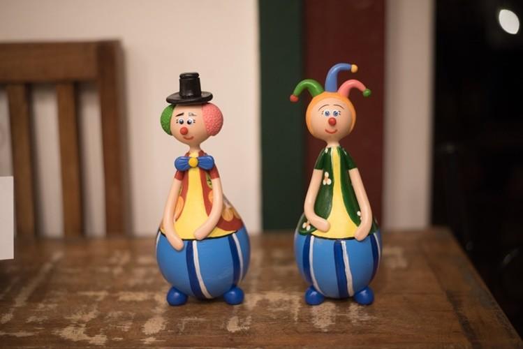 Dupla de palhaços coloridos rústico artesanal