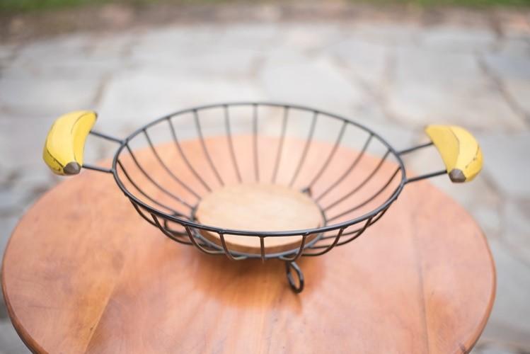 Fruteira de mesa redonda com alça de banana rustica artesanal ferro e madeira