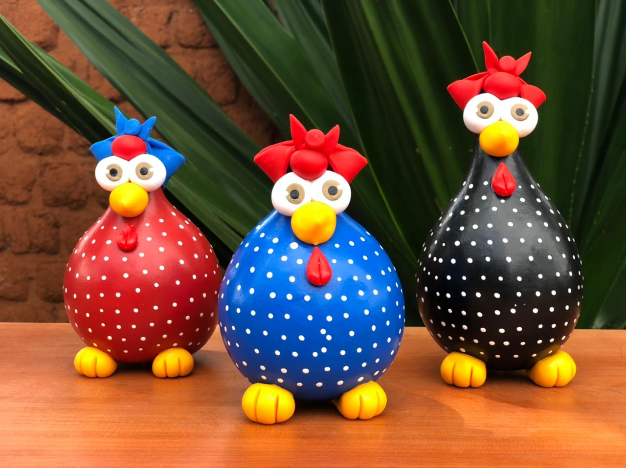 Trio de galinhas pintadinhas em cabaça