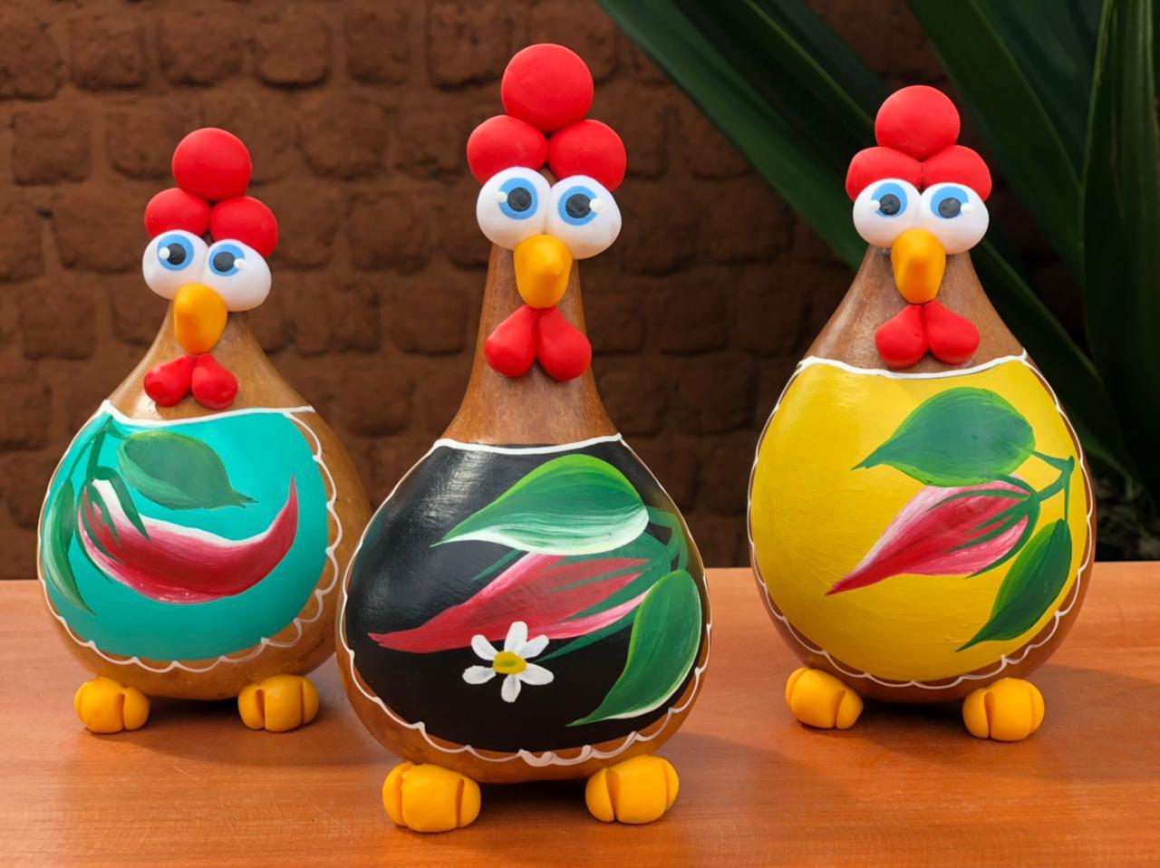 Trio decorativo galinha pimenteira em cabaça