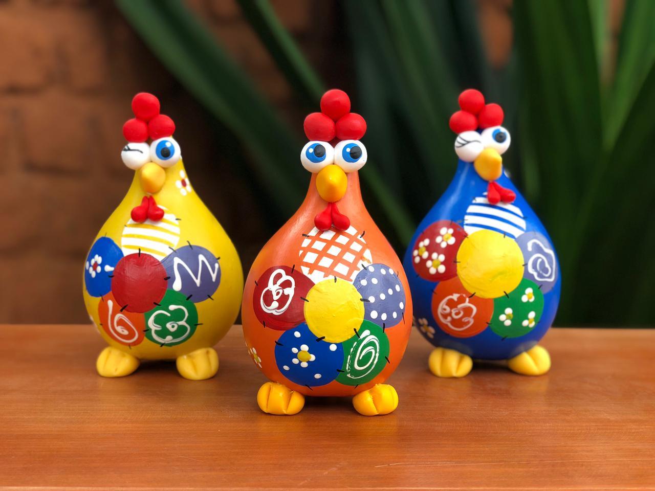 Trio galinhas caipiras coloridas