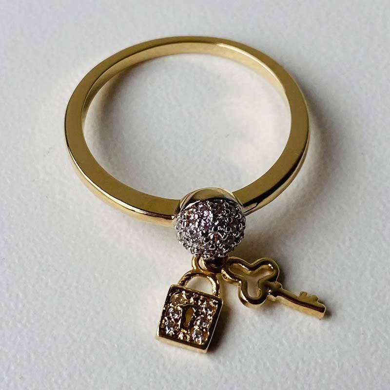 Anel Estreito com Zircônia Pingente Chave e Cadeado Ouro