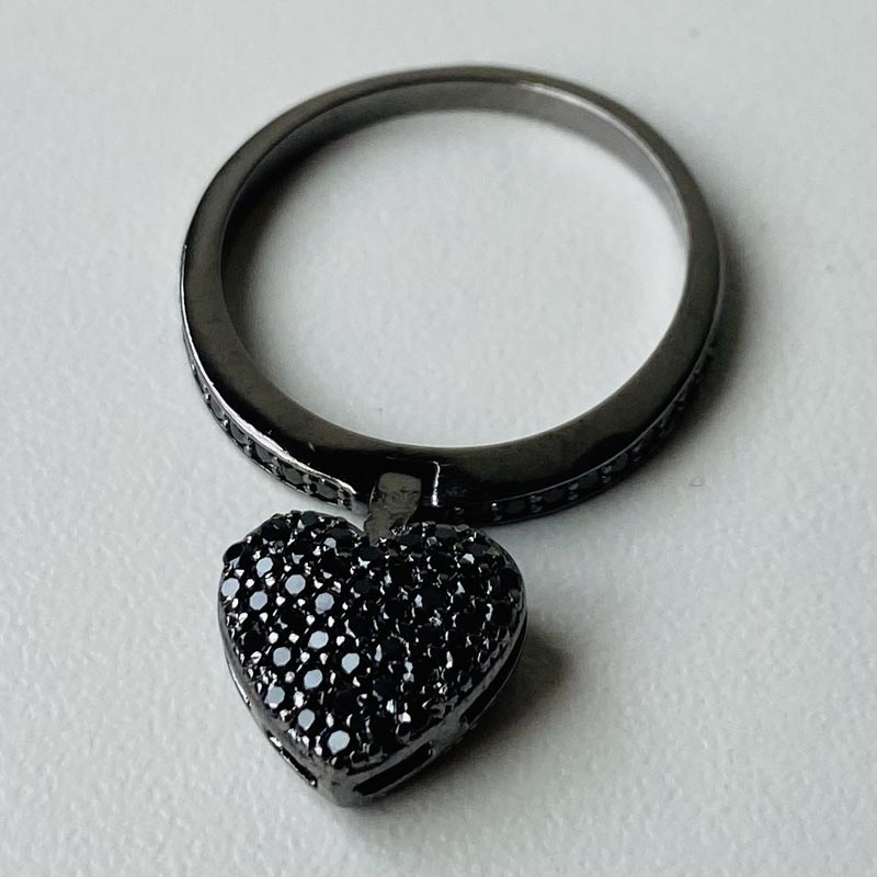 Anel Delicado Pingente Articulado de Coração com Zircônias Ródio Negro