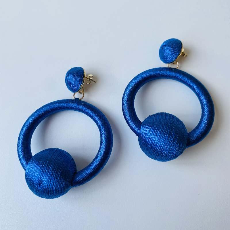 Brinco Argola Pingente de Seda Azul Royal