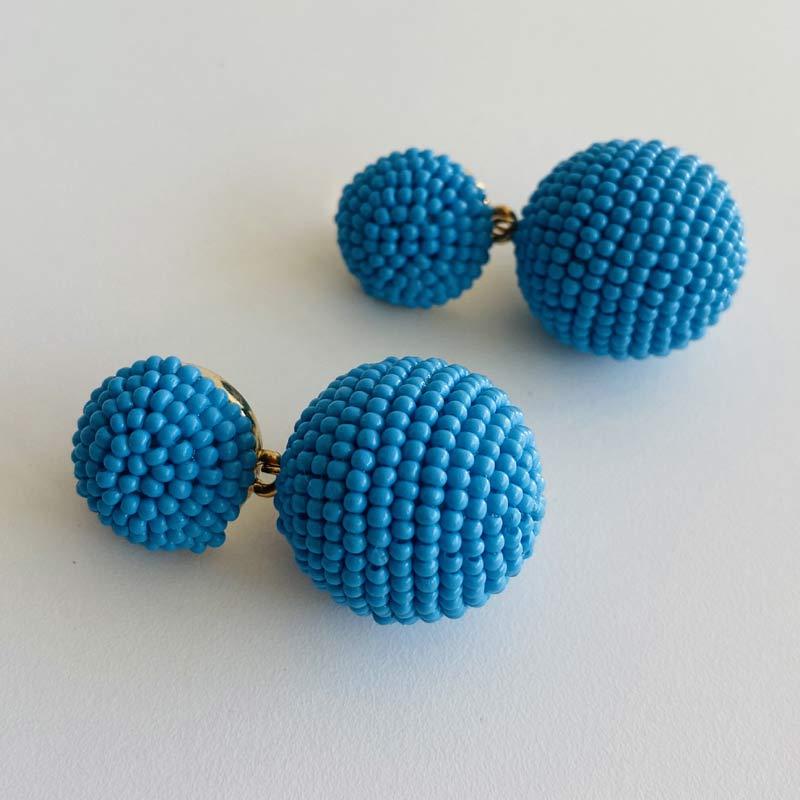 Brinco de Miçangas Azul com Pingente Bola Folheado Ouro