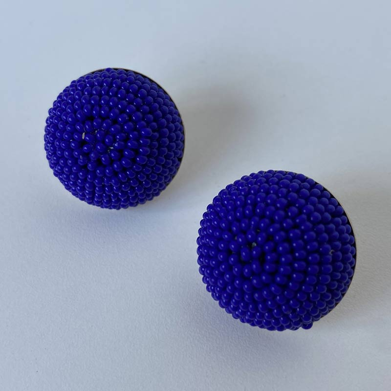 Brinco Botão de Miçangas Azul Royal Folheado Ouro