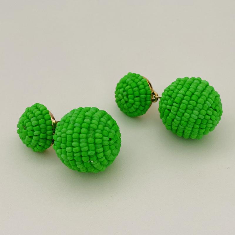 Brinco de Miçangas Verde Natureza com Pingente Bola Folheado Ouro