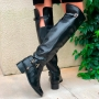 Bota montaria over the knee couro bico redondo com salto baixo cano alto com enfeite