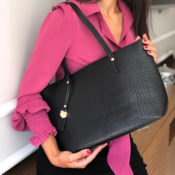 Bolsa preta com textura